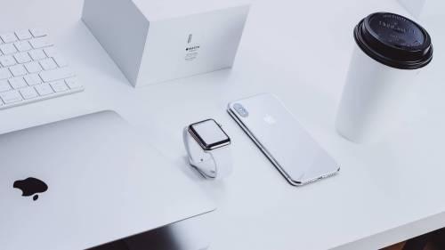 Почему аксессуары Apple белого цвета